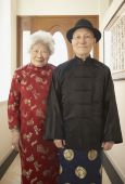 Senior Asian couple in traditional dress indoors — Foto de Stock