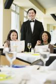 Two women with waiter in restaurant — 图库照片