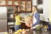 Torbaları mutfak ile genç İspanyol Çift — Stok fotoğraf