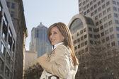 Hispanic woman in urban scene — Stock Photo