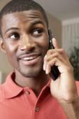 携帯電話で話しているアフリカ人 — ストック写真
