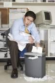 Overwerkte zakenman shredder documenten — Stockfoto