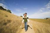 Man giving woman piggy back ride — Stock Photo