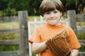 Boy wearing baseball glove — Стоковое фото