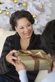 Mutter von Erwachsenen Tochter Geschenk erhalten — Stockfoto