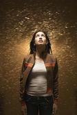 Frau umgeben von wassertröpfchen — Stockfoto