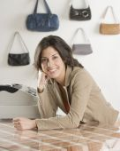Hispanic businesswoman behind counter at boutique — Foto Stock