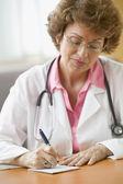 女性医師の書く処方箋 — ストック写真