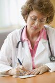 Femme médecin écrit sur ordonnance — Photo