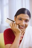 Indian woman in traditional clothing holding credit card — Stock Photo