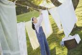 Pacific Islander girl hanging laundry on clothesline — Stok fotoğraf