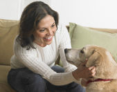 Ung kvinna klappa hennes hund — Stockfoto