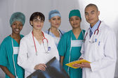 Multi-ethnic doctors discussing chart — Foto de Stock