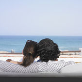 Hispanic couple looking out over ocean — Foto Stock