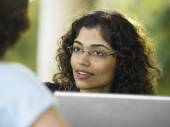 Businesswoman talking to a colleague — Stock Photo