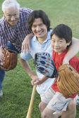 Family playing baseball — Stock Photo