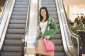 Hispanic teenage girl holding shopping bags — Stock Photo