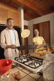 Man wegknippen pannenkoek — Stockfoto