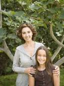 Hispanic mother and daughter outdoors — Stock Photo