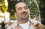 Hispanic man smoking cigar — Stockfoto