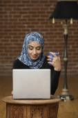 Middle Eastern businesswomen looking at laptop — Stock Photo
