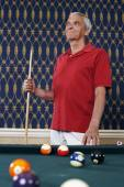 Senior man holding pool cue — Stock Photo