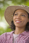 African American woman wearing straw hat — Stockfoto