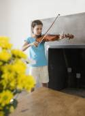 Hispanic girl playing violin — Stockfoto