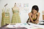 Stilista di moda femmina indiano in officina — Foto Stock