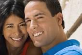 Cerca de la sonriente pareja hispana — Foto de Stock
