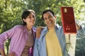 Hispanic couple with ladder — Stock Photo