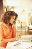 African American vrouw betalen rekeningen — Stockfoto