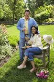 Hispanic couple drinking wine in backyard — Stockfoto