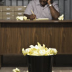 资深非裔美国男工人在桌子上写东西 — 图库照片 #52074335