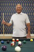 Senior Mixed Race man holding pool cue — Stock Photo