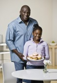 African father and daughter holding cupcakes — Stock Photo