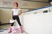 Tattooed Hispanic woman in laundromat — Stock Photo