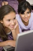 Multietniska flickor tittar på laptop — Stockfoto