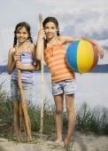 Mixed Race sisters at beach — Stockfoto