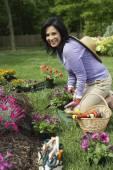 西班牙裔女人园艺 — 图库照片