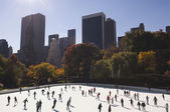 Crowd of people ice skating in urban skating rink — Stock Photo