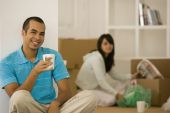 Young couple unpacking moving boxes — Stock Photo