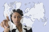 Businesswoman pointing to world map — Stok fotoğraf