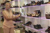 покупки обуви женщины — Стоковое фото