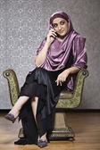 Středního východu žena mluvila na mobil — Stock fotografie