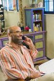 Hispánský muž mluví do mobilního telefonu — Stock fotografie