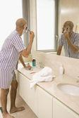 Hispanic man shaving face — Stock Photo