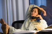 Spansktalande affärskvinna arbetande i pyjamas — Stockfoto