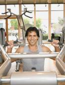 Pacific Islander man exercising in health club — Stock Photo