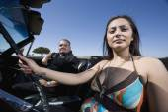 Hispanic couple in convertible — Stock Photo